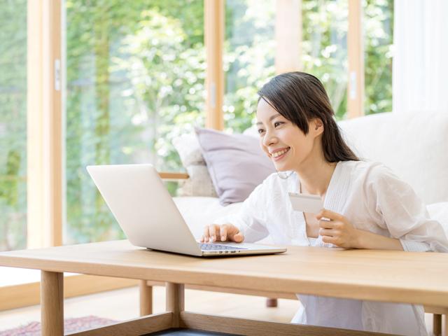 パソコンで申込みをする女性
